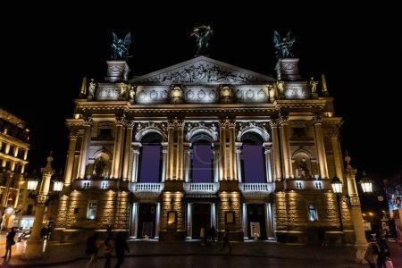 Photo pour LVIV, UKRAINE - 23 OCTOBRE 2019 : construction de l'opéra national de Lviv la nuit - image libre de droit
