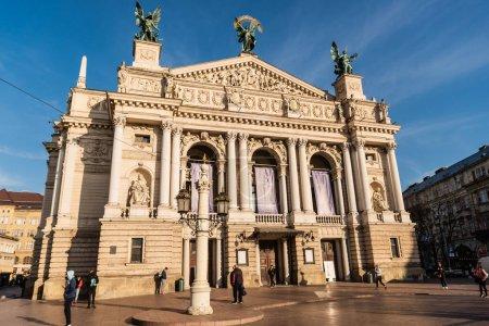 Photo pour LVIV, UKRAINE - 23 OCTOBRE 2019 : Théâtre d'opéra et de ballet de Lviv avec des gens qui se promènent - image libre de droit