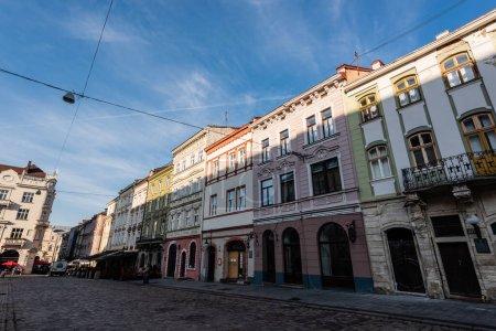 Photo pour LVIV, UKRAINE - 23 OCTOBRE 2019 : belles maisons authentiques contre le ciel bleu dans le centre-ville - image libre de droit