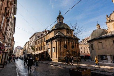 Photo pour LVIV, UKRAINE - 23 OCTOBRE 2019 : façade nord de la chapelle de boim et les gens marchant le long de la rue - image libre de droit
