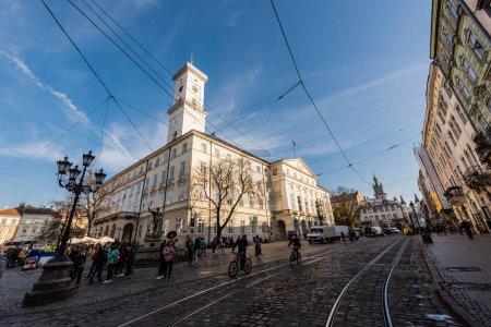 Photo pour LVIV, UKRAINE - 23 OCTOBRE 2019 : personnes et véhicules près de la mairie de Lviv - image libre de droit