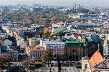 Photo pour LVIV, UKRAINE - 23 OCTOBRE 2019 : rue avec voitures et vieux bâtiments historiques dans le centre-ville - image libre de droit