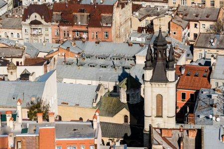 Photo pour LVIV, UKRAINE - 23 OCTOBRE 2019 : Vue aérienne de l'église de la carmélite et des vieilles maisons du centre-ville - image libre de droit