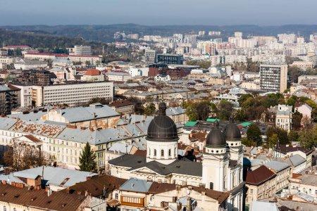 Photo pour LVIV, UKRAINE - 23 OCTOBRE 2019 : vue aérienne de la ville avec église dominicaine entourée de vieux bâtiments - image libre de droit