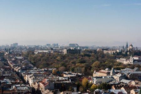 Photo pour LVIV, UKRAINE - 23 OCTOBRE 2019 : Paysage urbain avec l'église Saint Olha et Elizabeth, et la cathédrale Dominikan en arrière-plan - image libre de droit