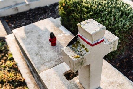Photo pour LVIV, UKRAINE - 23 OCTOBRE 2019 : Vue en angle élevé de la tombe polonaise avec croix de pierre dans le cimetière lychakiv à lviv, ukraine - image libre de droit