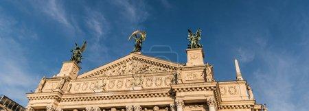 Photo pour Pignon du Théâtre Lviv d'Opéra et Ballet contre le ciel bleu, image horizontale - image libre de droit
