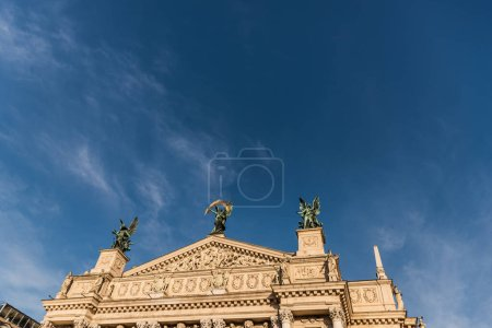 Photo pour Théâtre Lviv d'opéra et de ballet au soleil contre le ciel bleu - image libre de droit