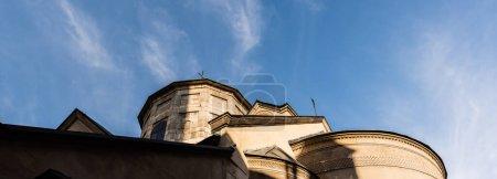 Photo pour Image horizontale de l'ancienne église contre le ciel bleu à Lviv, ukraine - image libre de droit