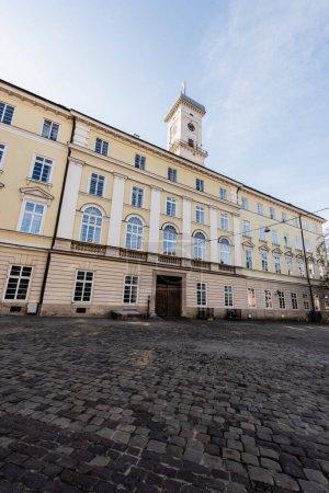 Photo pour Façade de lviv hôtel de ville avec tour contre ciel bleu à lviv, ukraine - image libre de droit