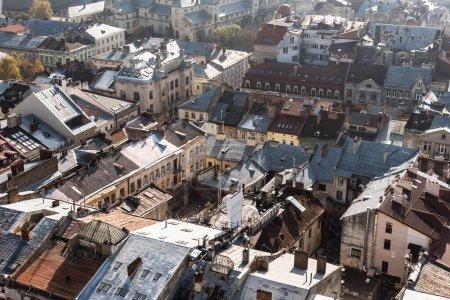 Photo pour Vue aérienne de vieilles maisons dans le centre historique de lviv, ukraine - image libre de droit