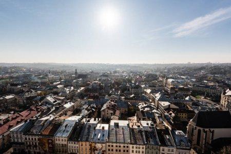 Photo pour Vue aérienne panoramique de la ville avec soleil éclatant sur ciel bleu, lviv, ukraine - image libre de droit