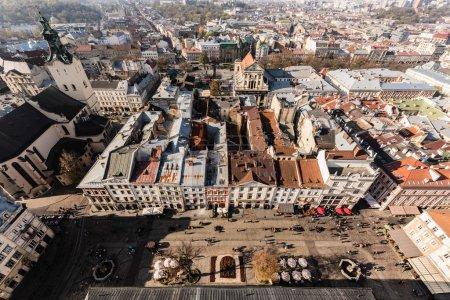 Photo pour Vue aérienne du centre historique de la ville avec des gens marchant sur la place du marché, lviv, ukraine - image libre de droit