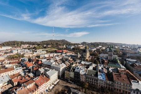 Photo pour Vue aérienne du paysage urbain avec tour korniakt et cathédrale latine à lviv, ukraine - image libre de droit