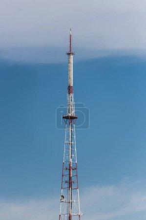 Fernsehturm vor blauem Himmel in Lwiw, Ukraine