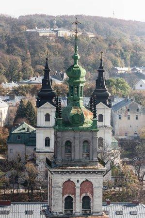 Photo pour Vue aérienne de l'église de carmélite et tour de korniakt dans le centre historique de la ville - image libre de droit
