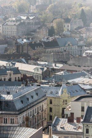 Photo pour Vue aérienne panoramique de vieilles maisons dans le centre historique de lviv, ukraine - image libre de droit