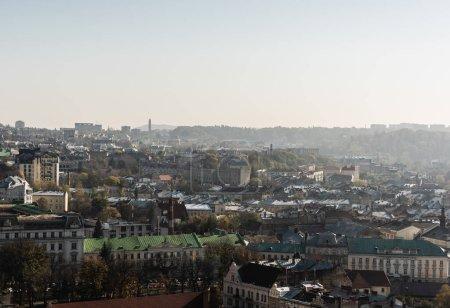 Photo pour Vue aérienne panoramique de la ville avec de vieilles maisons et skyline, lviv, ukraine - image libre de droit