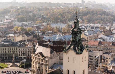 Photo pour Vue aérienne de l'église de carmélite et des maisons dans le centre historique de la ville - image libre de droit