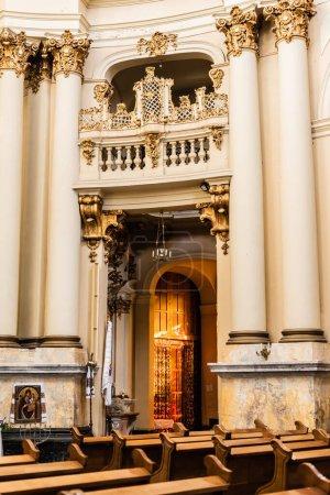 Photo pour LVIV, UKRAINE - 23 OCTOBRE 2019 : balcon et colonnes avec décoration dorée dans l'église dominicaine - image libre de droit
