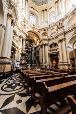 Photo pour LVIV, UKRAINE - 23 OCTOBRE 2019 : intérieur de l'église dominicaine avec bancs en bois, sol mosaïque et décoration dorée - image libre de droit