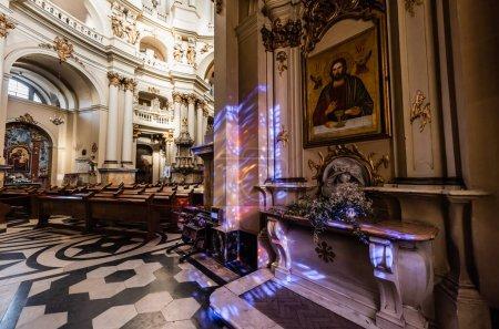 Photo pour LVIV, UKRAINE - 23 OCTOBRE 2019 : intérieur de l'église dominicaine avec sol en mosaïque et riche décoration avec éclairage - image libre de droit