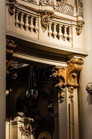 Photo pour LVIV, UKRAINE - 23 OCTOBRE 2019 : balcon avec balustrade, décoré avec des éléments dorés dans l'église dominicaine - image libre de droit