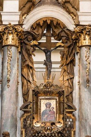 Photo pour LVIV, UKRAINE - 23 OCTOBRE 2019 : icône et crucifix entre colonnes de marbre avec décoration dorée dans l'église dominikan - image libre de droit
