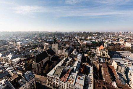 Photo pour Vue aérienne panoramique du centre historique de la ville avec des maisons authentiques et des églises de lviv, ukraine - image libre de droit
