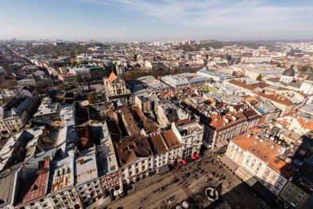 Photo pour Vue aérienne panoramique du centre historique et les gens marchant sur la place du marché à lviv, ukraine - image libre de droit