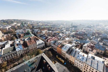 Photo pour Vue aérienne du centre historique de la ville de Lviv avec de vieilles maisons et des véhicules sur la rue - image libre de droit