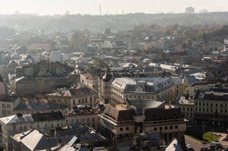 Photo pour Vue aérienne de maisons dans le centre historique de la ville de Lviv, ukraine - image libre de droit