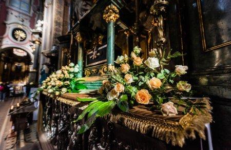 Photo pour LVIV, UKRAINE - 23 OCTOBRE 2019 : autel de l'église de carmélite orné de roses naturelles - image libre de droit