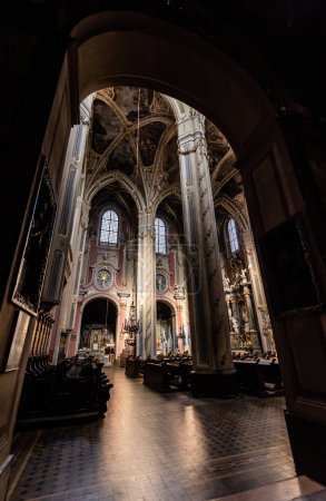 Photo pour LVIV, UKRAINE - 23 OCTOBRE 2019 : intérieur gothique de la cathédrale latine lviv avec bancs en bois - image libre de droit