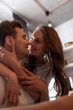 Photo pour Foyer sélectif de la fille regardant toucher le visage du petit ami joyeux - image libre de droit
