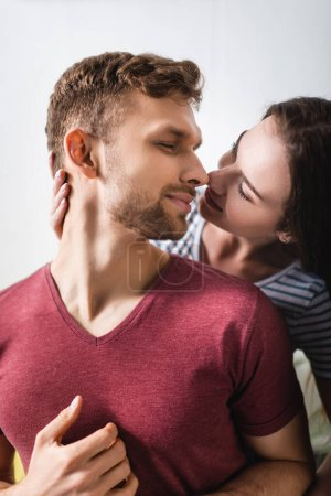 Photo pour Heureux jeune couple câlin et aller embrasser à la maison - image libre de droit