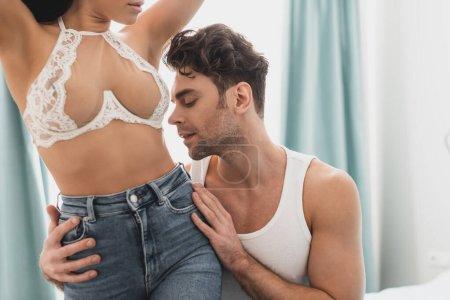 Photo pour Bel homme toucher hanches de séduisante petite amie en soutien-gorge - image libre de droit