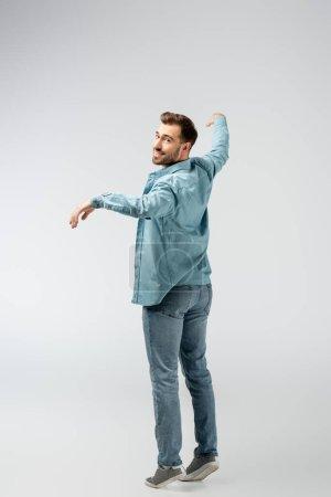 Photo pour Jeune homme posant comme une marionnette isolée sur gris - image libre de droit