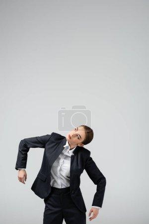 Photo pour Femme d'affaires marionnette en costume posant isolé sur gris - image libre de droit