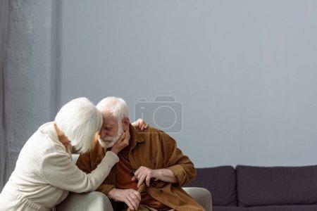 Photo pour Senior femme toucher le visage et étreindre mari malade sur la démence - image libre de droit