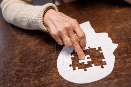 Photo pour Vue partielle de femme peignage puzzle comme thérapie de démence - image libre de droit