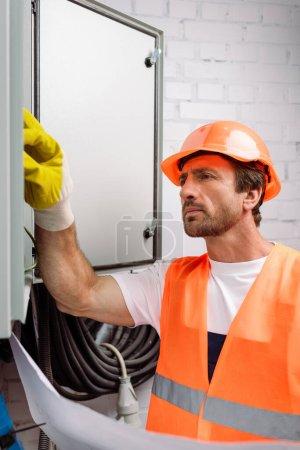 Foto de Enfoque selectivo del plan de retención de electricistas concentrados y reparación del panel eléctrico - Imagen libre de derechos