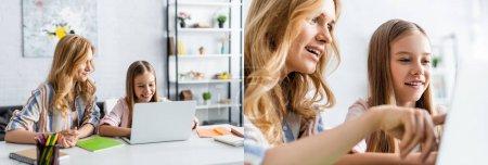 Photo pour Collage de la mère et de la fille utilisant un ordinateur portable pendant l'éducation en ligne à la maison - image libre de droit