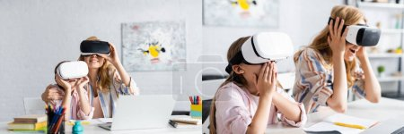 Photo pour Collage de mère souriante et fille excitée utilisant des casques vr près de la papeterie sur la table - image libre de droit