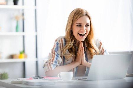 Photo pour Focus sélectif de jolie femme riant et souriant pendant le webinaire - image libre de droit