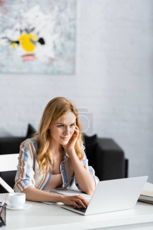 Photo pour Concentration sélective de la femme concentrée pendant la journée de travail - image libre de droit