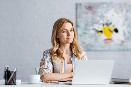 Photo pour Concentration sélective de la femme concentrée travaillant avec un ordinateur portable - image libre de droit