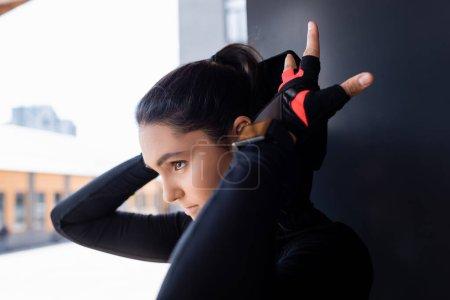Photo pour Foyer sélectif de belle jeune sportive toucher capuche sur sweat à capuche - image libre de droit
