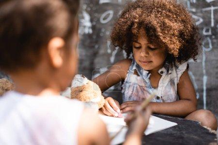 Photo pour Foyer sélectif d'écriture frisée et pauvre enfant afro-américain proche frère - image libre de droit
