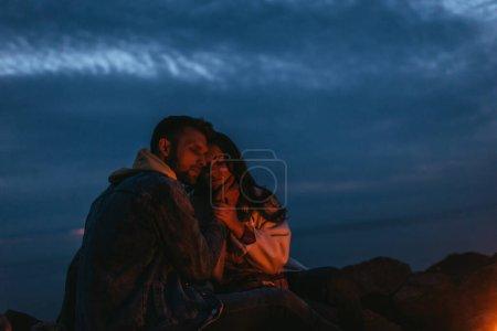 Photo pour Homme beau et barbu touchant femme attrayante la nuit - image libre de droit